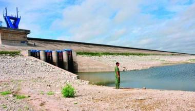 El mayor embalse de Cuba sufre estragos de la sequía al acumular apenas 154,630 millones de metros cúbicos de agua. Foto: Vicente Brito